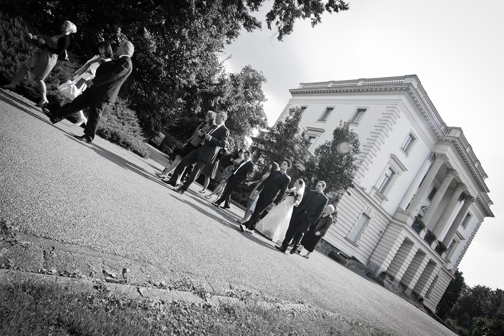 Hochzeitsgäste vorm Weißen Haus