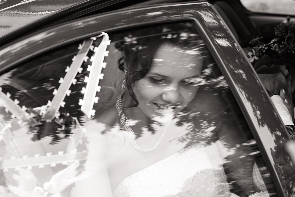 Braut steigt aus Auto