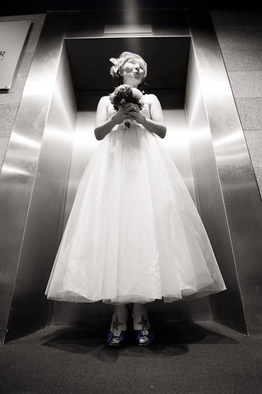 Braut im Fahrstuhl