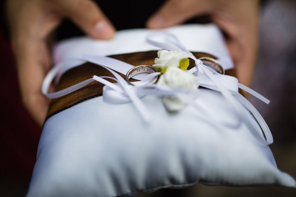 Hochzeitsringe auf Ringkissen