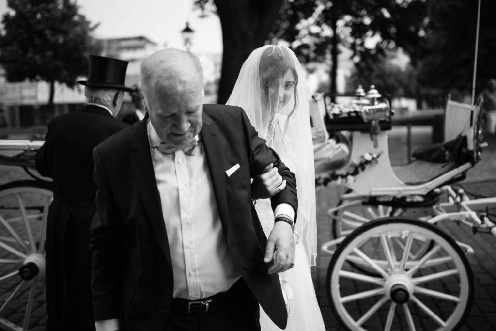 Brautvater führt Braut in den Magdeburger Dom