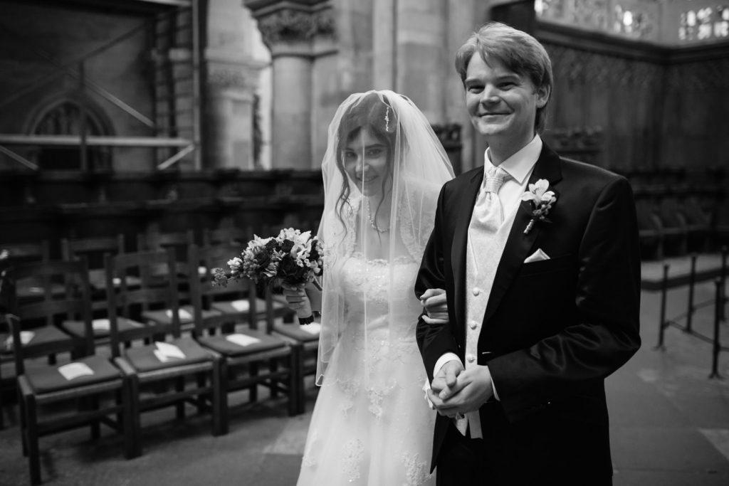 Braut führt Bräutigam zum Altar