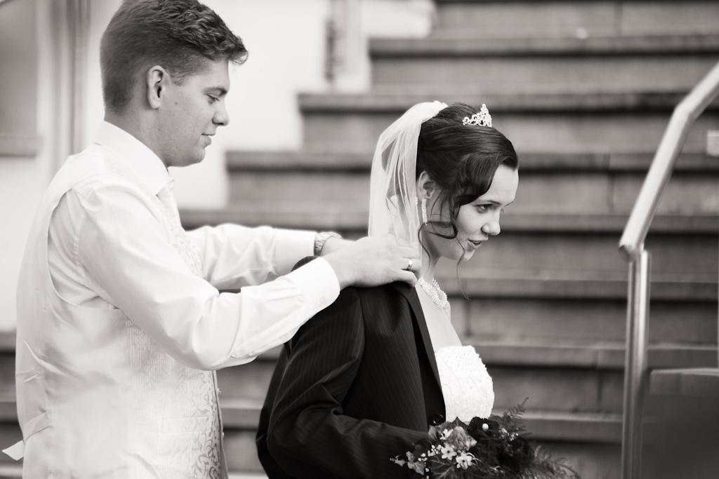 Braut bekommt Jacke