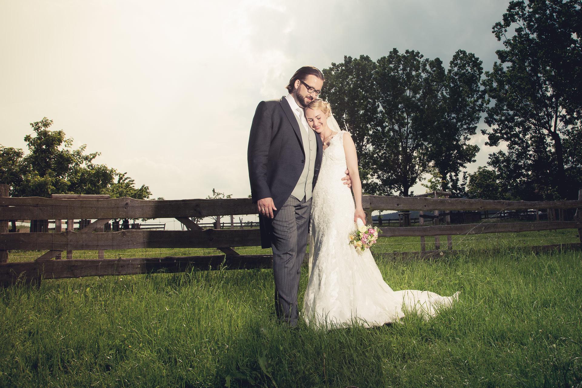 Brautpaar auf Wiese nicht weit von Halle (Saale)